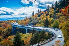 Breite Kurve von Linn Cove Viaduct während des Herbstes stockbild