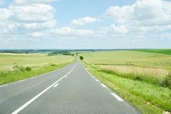 Breite Landschaft mit einer Straße Stockfotos