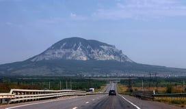 Breite Landstraße und Berg. Nord-Kaukasus-Reise. Lizenzfreies Stockbild