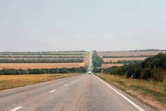 Breite Landstraße und Landschaft. Nord-Kaukasus-Reise. Stockbilder