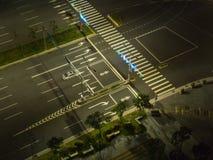 Breite leere Straße mit einzelnem Auto lizenzfreies stockfoto