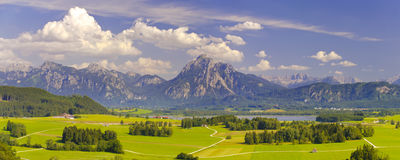 Breite Panoramalandschaft im Bayern Stockfotografie