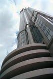 Breite Perspektive des niedrigen Winkels des hohen Bürohauses Stockbilder