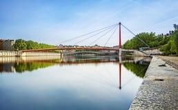 Breite rote Brücke über dem Soane in Lyon-Stadt Stockfotografie