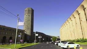 Breite Stadtstraße Autofahrens, Eriwan-Weinbrand-Wein-Fabrik in Armenien führend stock video footage