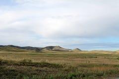 Breite Steppe mit gelbem Gras unter einem blauen Himmel mit Weiß bewölkt Sayan-Berge Sibirien Russland Stockfotos