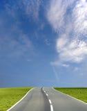 Breite Straße des blauen Himmels Stockfoto