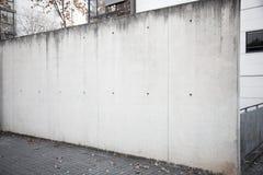 Breite und leere Betonmauer auf der Straße Lizenzfreie Stockfotos