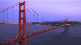 Breite Wanne von golden gate bridge und von San Francisco Stadt an der Dämmerung stock video