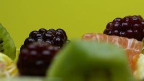 Breite Zusammenstellung der frischen Frucht im Salat auf Barzähler, gesunder Snack, Vitamine stock video