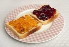 Breiten Sie Marmelade auf Brot aus Stockbild