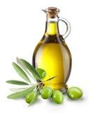Breiten Sie sich mit Oliven und einer Flasche Olivenöl aus Stockfoto