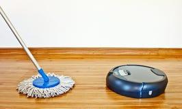 Waschender Roboter und traditioneller Mopp 2 des Bodens Stockbild