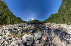 Breiter Aero Panoramagebirgsfluss fließt in den Wald zwischen Lizenzfreie Stockfotografie