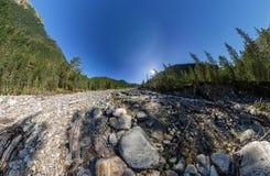 Breiter Aero Panoramagebirgsfluss fließt in den Wald zwischen Lizenzfreie Stockfotos