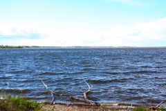 Breiter Fluss gegen blauen Himmel lizenzfreies stockbild