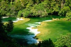 Breiter Fluss, raues Wasser. Lizenzfreies Stockfoto