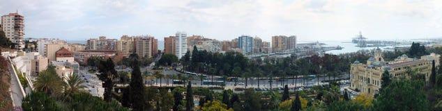 Breiter Panoramablick der Stadt von Màlaga von den Schlosswänden mit dem Hafen und die Werften und die hohen Gebäude Stockfoto