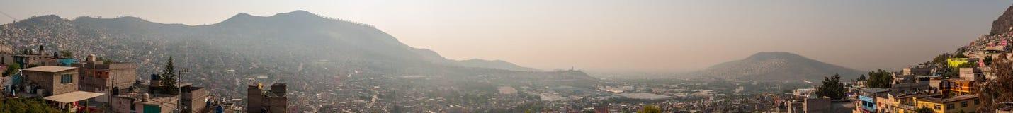 Breiter Panoramablick von Tlalnepantla de Baz und von Mexiko City stockfotografie
