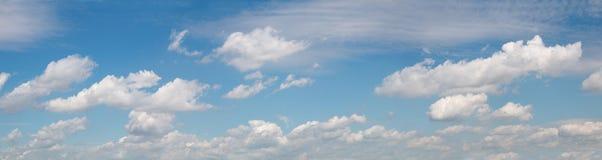 Breiter panoramischer Himmel mit Wolken Stockbild