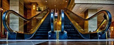 Breiter panoramischer Winkel des Rolltreppenflusstiefpunkts Lizenzfreies Stockbild