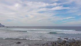 Breiter sandiger Strand in Teneriffa stock video