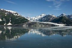 Breiter Schuß auf dem Gletscher, der das Meer erreicht. Lizenzfreies Stockbild