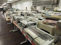 Breiter Schuss der hohen Auflösung des Stapels oder Stapel alte Drucker das lizenzfreie stockfotografie