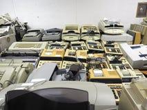 Breiter Schuss der hohen Auflösung von abgeschafften alten Kassierermaschinen und Drucker, die auf Rabattverkauf warten Stockbilder