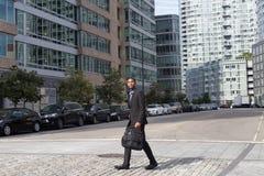 Breiter Schuss des AfroamerikanerGeschäftsmannes, der in das busine geht Lizenzfreie Stockbilder