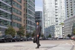 Breiter Schuss des AfroamerikanerGeschäftsmannes, der in das busine geht Lizenzfreies Stockfoto