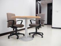Breiter Schuss des leeren Konferenzzimmers mit Rundtisch und bequem Stockfoto