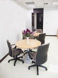 Breiter Schuss des leeren Konferenzzimmers mit Rundtisch und bequem lizenzfreies stockbild
