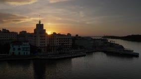Breiter Schuss des Sonnenuntergangs über Havana Port in Kuba stock footage