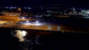 Breiter Schuss einer japanischen Trommelleistung, die das Kreuzfahrtverlassen feiert stock video footage