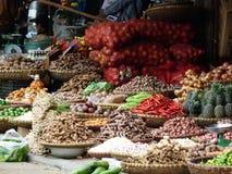 Breiter Schuss von asiatischen Weidenkörben voll von Wurzeln, von Knoblauch, von Frucht, von Gemüse und von heißen roten Pfeffern Stockbilder
