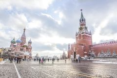 Breiter Schuss von den Leuten, die auf Roten Platz in Moskau gehen Lizenzfreies Stockfoto