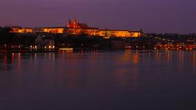 Breiter statischer Schuss Timelapsed des die Moldau-Fluss-und Prag-Schlosses an der Dämmerung stock video footage