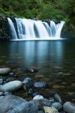 Breiter Wasserfall über dem ruhigen Pool glatt gemacht mit langer Belichtung Lizenzfreies Stockfoto