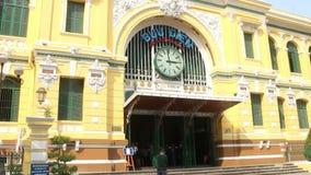 Breiteres Ansichtverschieben vom Bürgersteig einer beschäftigten Saigon-Stadtstraße zum vorderen Äußeren des Saigon stock video
