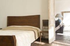 Breites Bett nahe Tür Stockfotografie