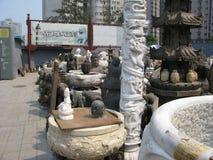 Breites Foto vieler Steinstatuen - Panjiayuan-Markt Stockfotos