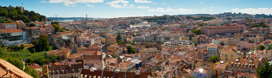 Breites Panorama des Sao Jorge Castle und Baixa Lizenzfreie Stockbilder