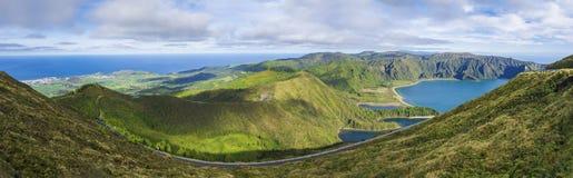 Breites Panorama vom Standpunkt Miradouro de Pico DA Barrosa Panoramische Landschaft mit schönem blauem Kratersee Lagoa tun stockfotos