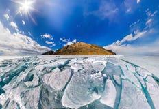 Breites Panorama von der Baikalsee-Eishügeln in Olkhon-Insel Stockfotografie