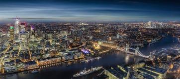 Breites Panorama von London, Vereinigtes Königreich, bis zum Nacht lizenzfreie stockfotos