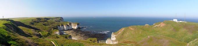 Breites Panorama von Meer und von Klippen in Flamborough, Großbritannien Stockfotografie