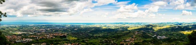 Breites Panorama von San Marino Stockfotos