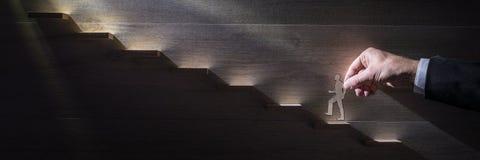 Breites Panoramabild eines Geschäftsmannes, der das Unternehmens-ladd klettert lizenzfreie stockbilder