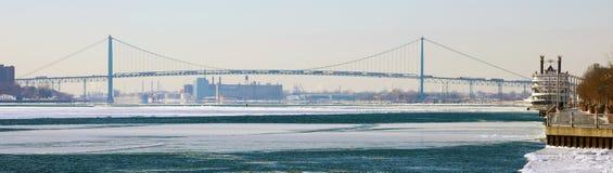 Breites panoramisches hochauflösendes Bild der Botschafterbrücke zwischen USA und Kanada Lizenzfreie Stockfotos